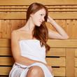 Attraktive Frau sitzt in Sauna