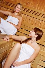 Lachende Frauen in der Sauna