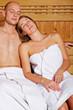 Paar ruht sich in Sauna aus