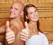 Paar zeigt Daumen hoch in Sauna