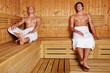 Zwei Männer in Sauna