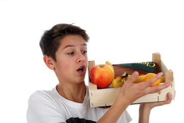Junge trägt Obst