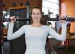 Frau trainiert an Schulterpresse