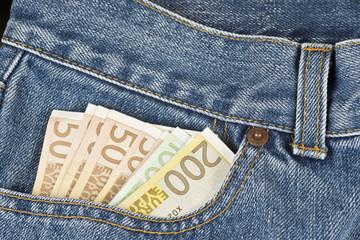 Pantalón vaquero con billetes en el bolsillo.