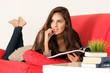 Schöne junge Frau blättert in einem Magazin