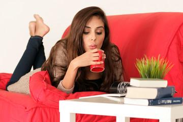 Junge Frau trinkt einen warmen Tee