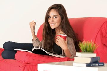 Glückliche junge Studentin beim Lernen