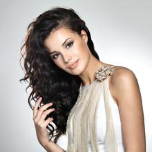 belle femme avec de longs cheveux bruns