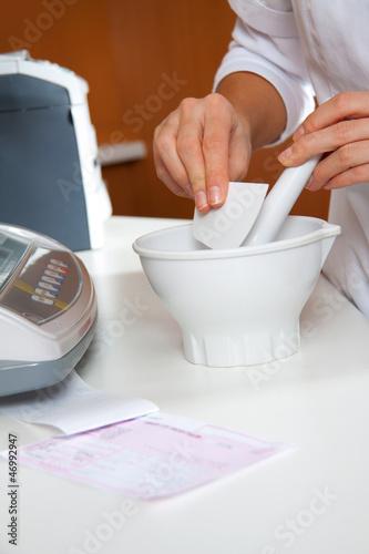 Hände einer Apothekerin die eine Creme herstellt