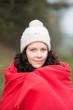frau mit mütze und warmer decke