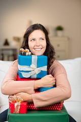 frau freut sich über weihnachtsgeschenke