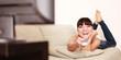 Hübsche Frau lacht über eine TV Show