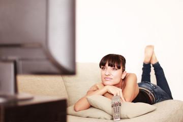 Hübsche Frau schaut einen Film