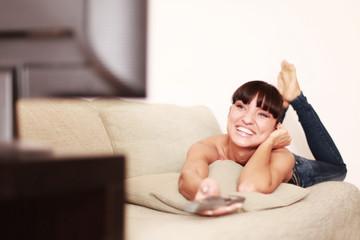 Glücklche junge Frau sieht ihren Lieblingsfilm