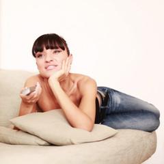 Junge Studentin sieht entspannt eine Film