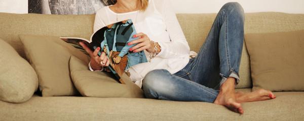 Entspannt eine Zeitschrift lesen