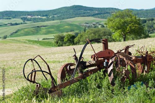 vecchio aratro nei campi