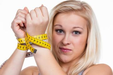 Frau mit Maßband vor der nächsten Diät