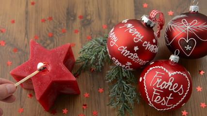 brennende Kerze und Weihnachtskugel Merry Christmas