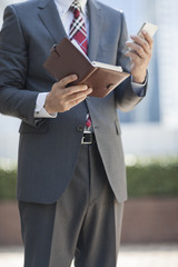 スマートフォンを操作するビジネスマン
