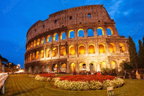 piekny-widok-colosseum-przy-zmierzchem-z-flowerbed