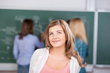 lächelnde schülerin im unterricht