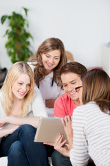 freunde schauen auf tablet-pc