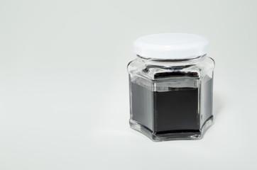 Vidro fechado com amostra de petróleo.