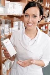 Kosmetikerin in Drogerie präsentiert ein Produkt