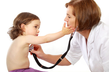 Eine Kinderärztin hört ein Mädchen mit dem Stethoskop ab