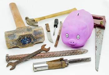 Cofre em forma de porco cercado de ferramentas