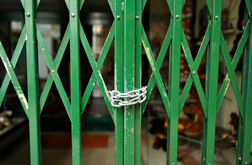 Tienda cerrada con cadena