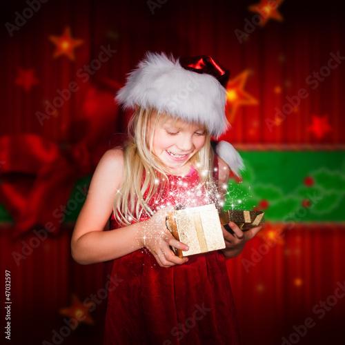 kleines Mädchen schaut in ein Geschenk