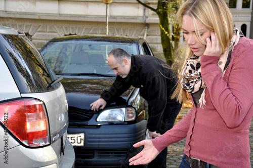 Leinwanddruck Bild Junge Frau telefoniert nach Autounfall