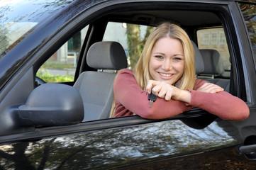 Junge Frau mit Autoschlüssel