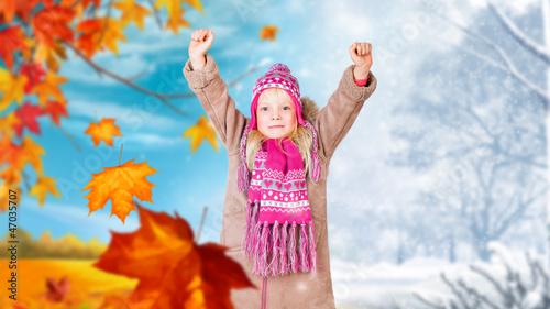 kleines Mädchen vor Herb-Winter-Wechsel