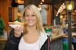 Junge Frau isst Rostbratwurst
