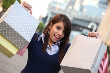 Ragazza con borse shopping