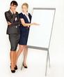 Nachdenkliche Geschäftsfrauen am Flipchart