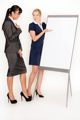 Geschäftsfrauen an einer Flipchart