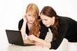 Zwei Mädchen lesen eine schlimme Nachricht