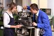Ausbilder mit Azubi an Fräsmaschine
