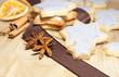 Blau gefärbte Weihnachtsplätzchen mit Gewürzen