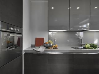 frutta fresca e verdure su lavandino di una cucina moderna