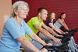Gruppe beim Sportkurs im Fitnessstudio