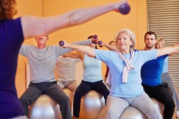 Rückentraining unter Anleitung im Fitnesscenter
