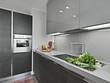 verdure sul lavandino di acciaio in una cucina moderna