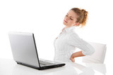 Rückenschmerzen - junge Frau im Büro