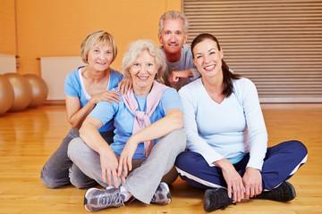 Gruppe von Senioren im Fitnesscenter