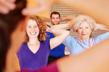 Gruppe folgt Fitnesstrainer im Sportstudio